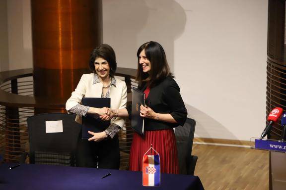 Fabiola Gianotti, CERN Director-General, and Blaženka Divjak, Minister of Science and Education of the Republic of Croatia, signed an Agreement admitting Croatia as an Associate Member of CERN.